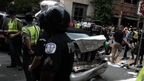 Ir al VideoUn coche arrolla a un grupo de personas en Charlottesville