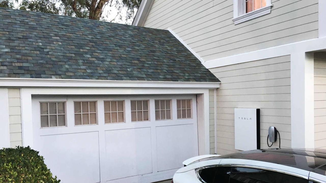 tesla lanza un tejado solar que no se diferencia de los