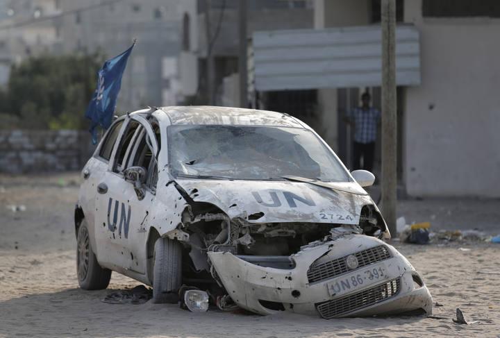 Coche de la ONU dañado por un bombardeo de Israel en Gaza