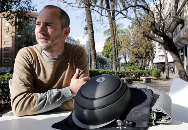 El cofundador de Closca Design, Carlos Ferrando, muestra el nuevo diseño del casco plegable