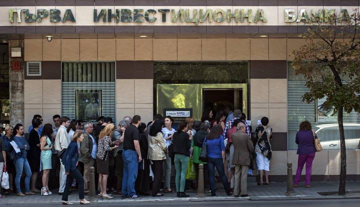 Colas delante de una sucursal del tercer banco de Bulgaria el pasado viernes