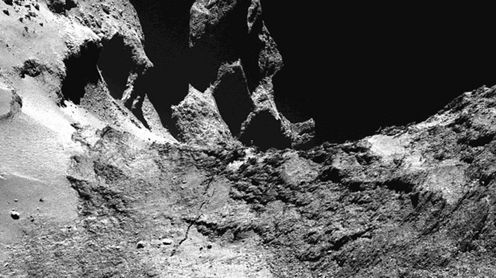 La misión Rosetta 'retrata' a un cometa 67P ligero, variado y activo