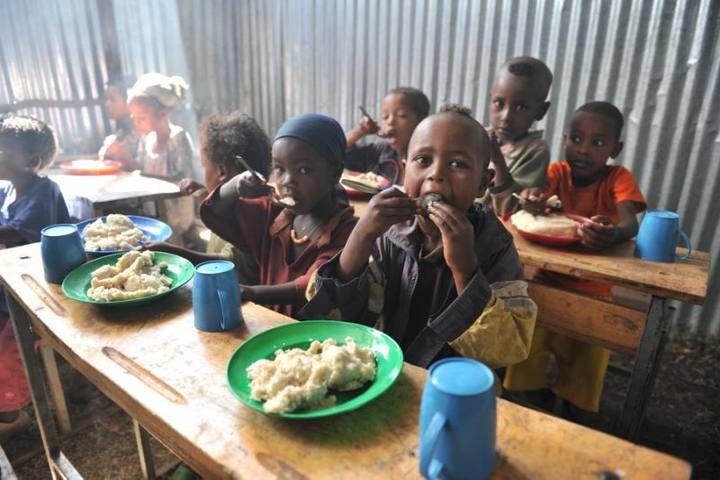Las comidas escolares convencen a los padres de llevar a sus hijos al colegio, incluso en los momentos más difíciles.
