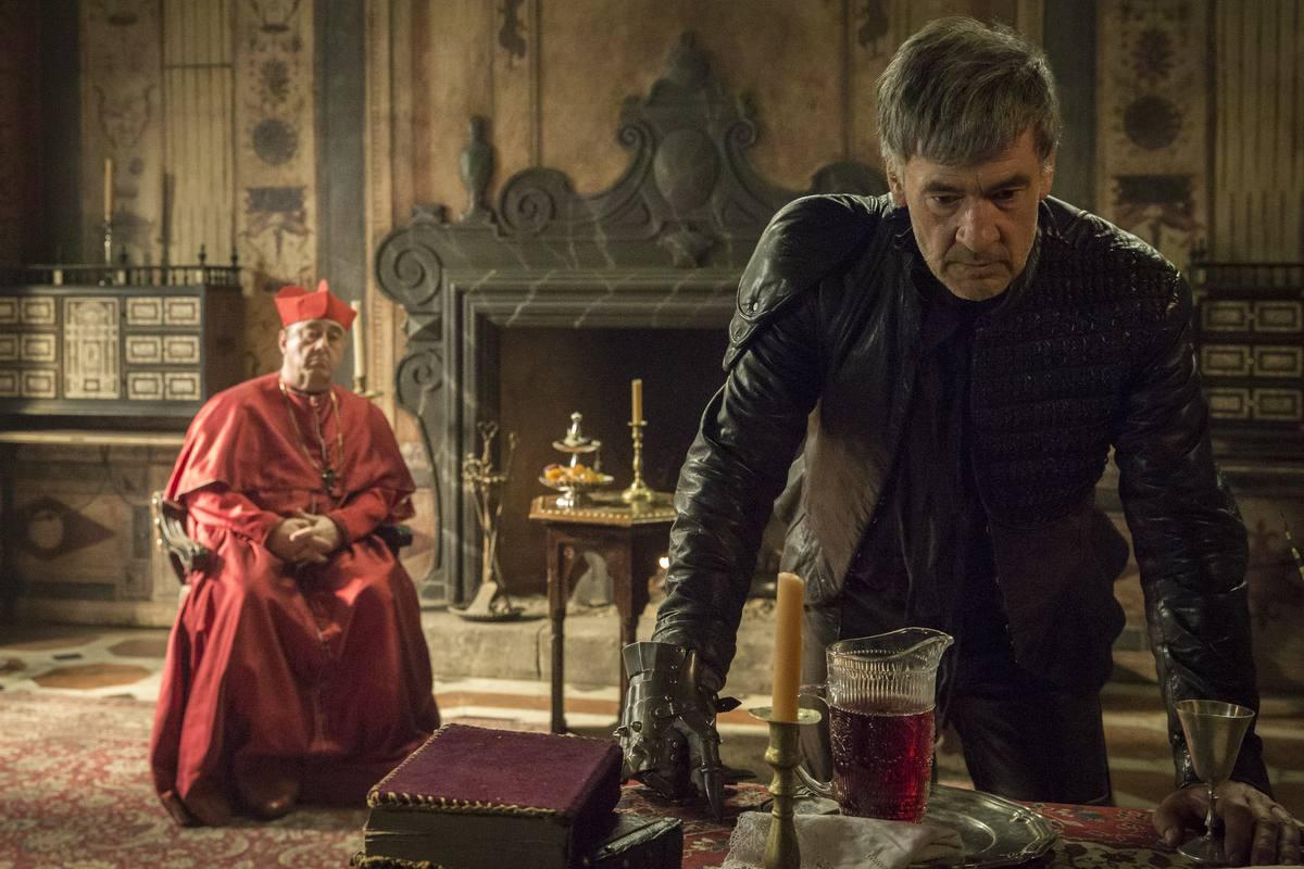 El Comisario, indignado por la visita de Gonzalo, decide acudir al palacio para hablar con su padre