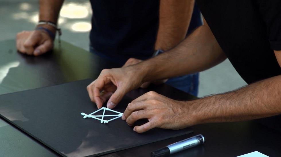 Desafía tu mente - ¿Cómo hacer cuatro triángulos equiláteros iguales con seis bastoncillos?