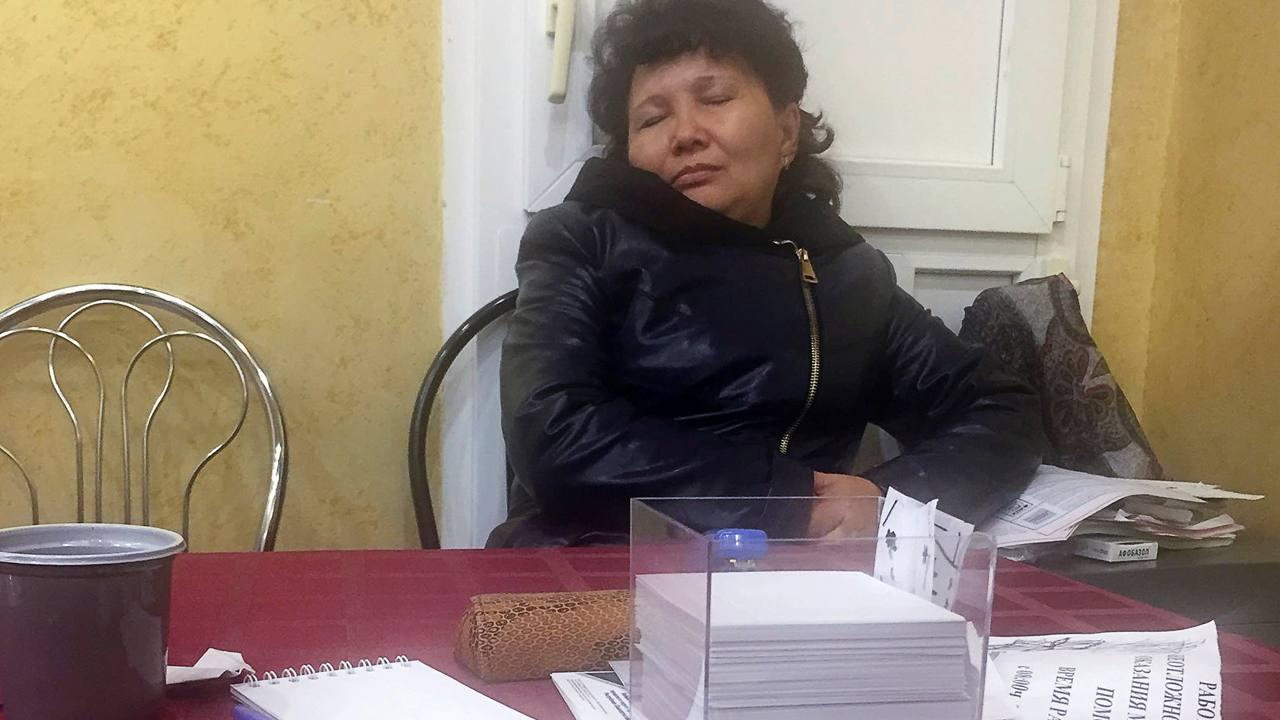 Una componente de la Comisión Electoral dormita en el pueblo de Knyazevo, en Bashkortostan, Rusia