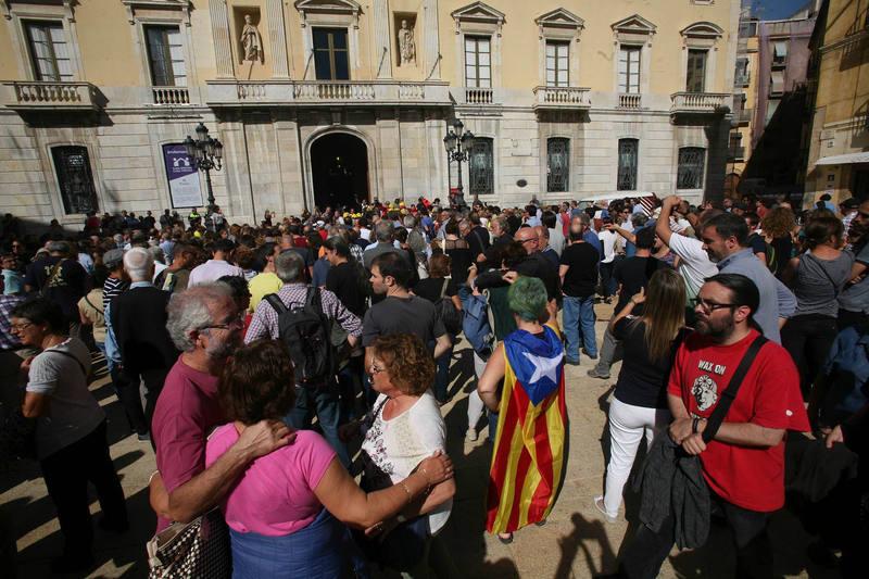 Concentración ante el Ayuntamiento de Tarragona para pedir la dimisión del alcalde, del PSC