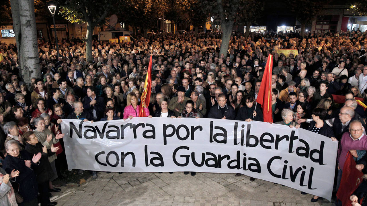 Concentración, convocada por La asociación Vecinos de Paz Berriozar en solidaridad con la Guardia Civil tras la agresión a dos agentes y sus parejas