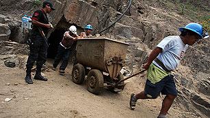 Construyen un encofrado para llegar a los nueve mineros atrapados en Perú