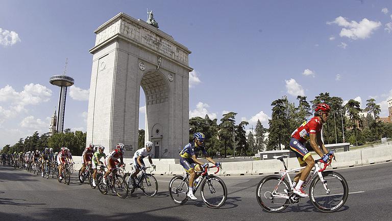 Contador y su equipo visten de rojo sus bicis