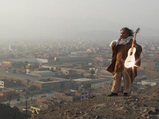 Contenido extra capítulo 6 'Entre2aguas': Manuelcha Prado toca la guitarra en Lima