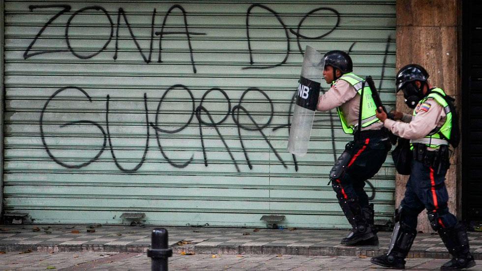 Continúan los enfrentamientos en Venezuela entre policía y oposición