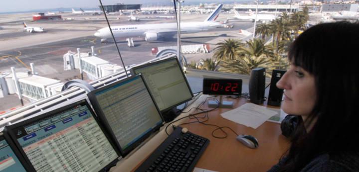 Una controladora aérea en su puesto de trabajo