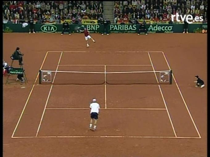 Copa Davis 2004: En el cuarto partido de la final, Carles Moya vence a Roddick y da el triunfo a España