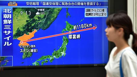 Ir al VideoCorea del Norte lanza un misil que sobrevuela Japón y cae en el Pacífico