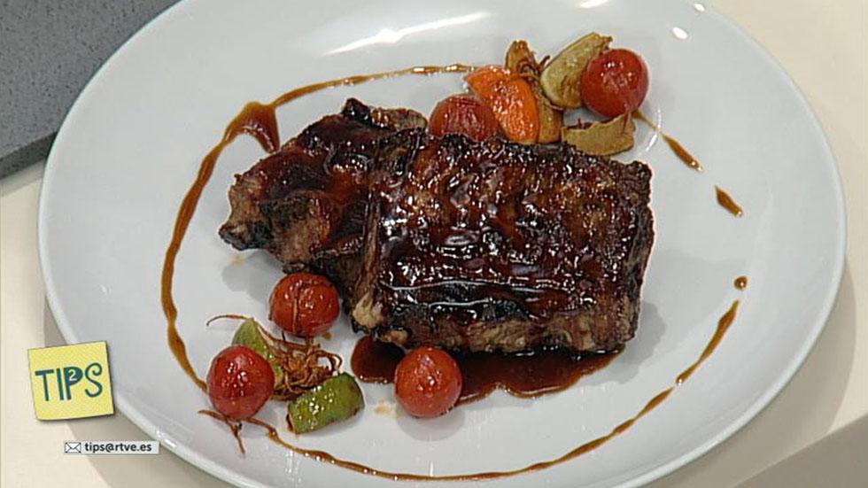 TIPS - Cocina - Costillar de cerdo ibérico a la miel con tomates caramelizados