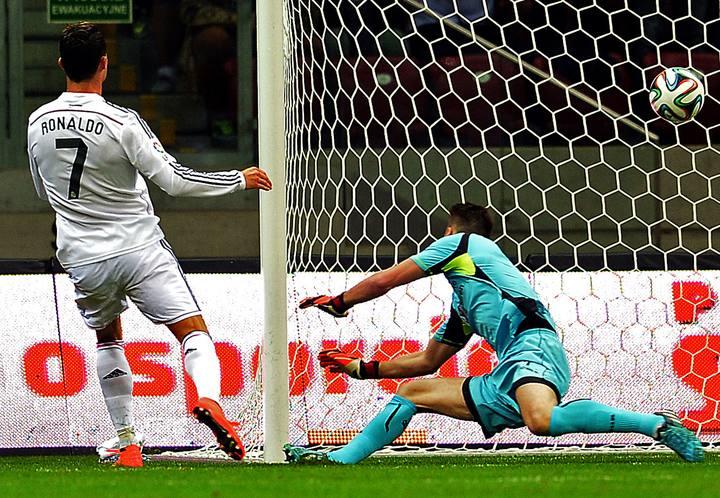 Cristiano Ronaldo anota frente a la Fiorentina