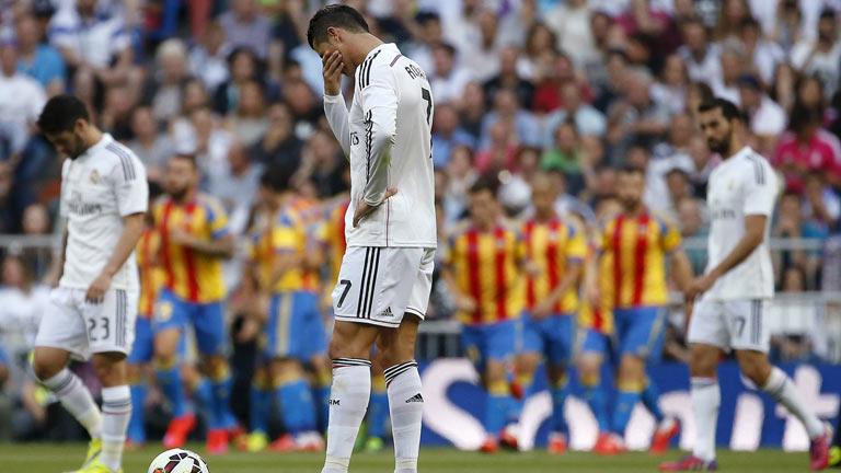 Cristiano Ronaldo, cabizbajo ante el primer gol valencianista en el Bernabéu.