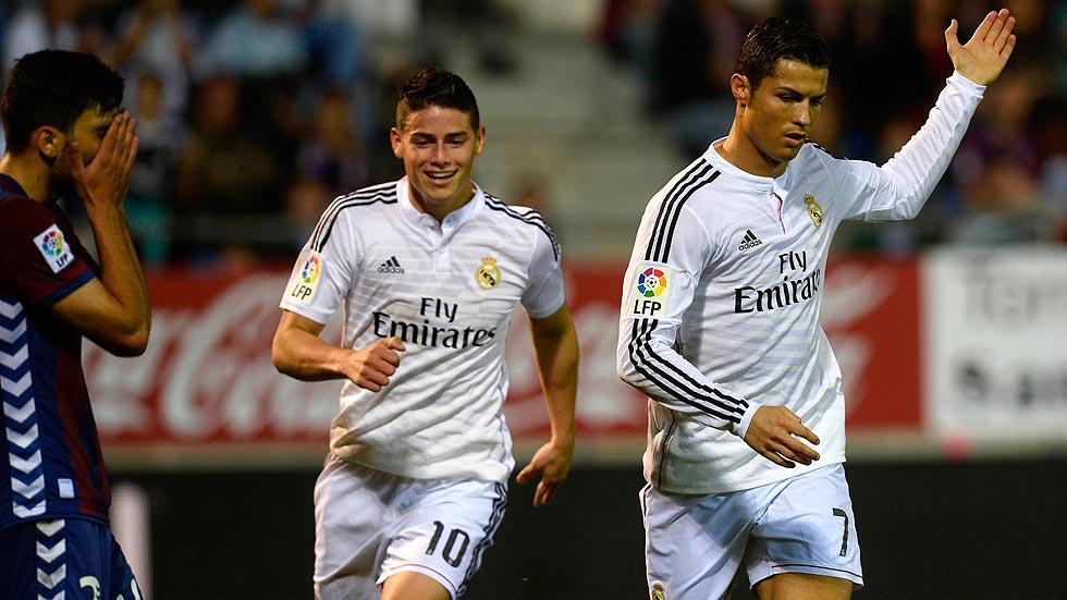 Cristiano Ronaldo celebra su primer gol junto a James Rodríguez en Eibar.