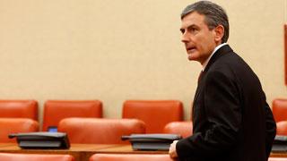 Críticas de los grupos parlamentarios a Guindos por el desvío del déficit en 2015