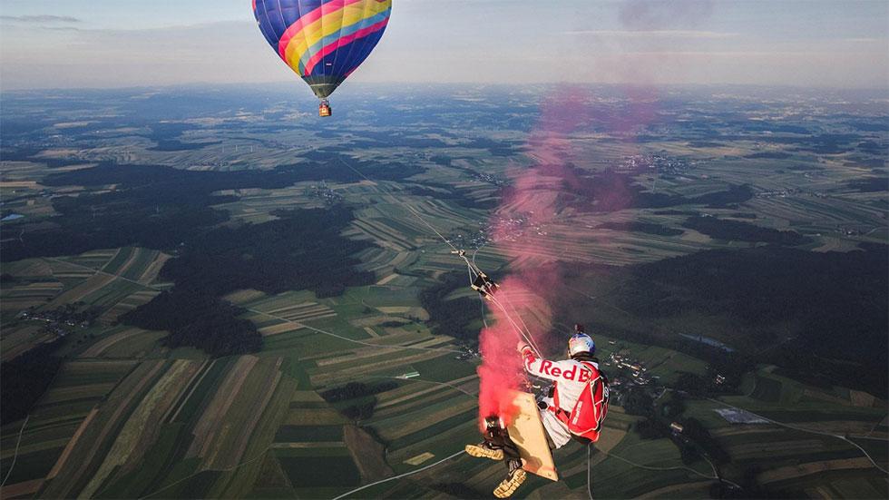 Cuatro paracaidistas se columpian a 1.800 metros colgados de un globo