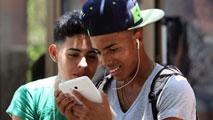 Ir al VideoLos cubanos estrenan entusiasmados sus nuevas zonas WiFi