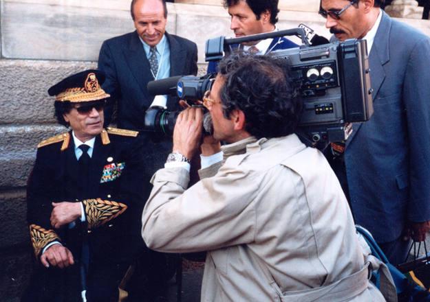 Custodio grabó durante la guerra de Bosnia el momento dramático en que el fuego consumió la Biblioteca de Sarajevo. En la imagen, grabando a Gadafi