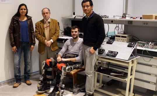 Daniela Miranda, Juan López, Antonio Hernández y Carlos Alberto Díaz mostrando el prototipo de exoesqueleto.