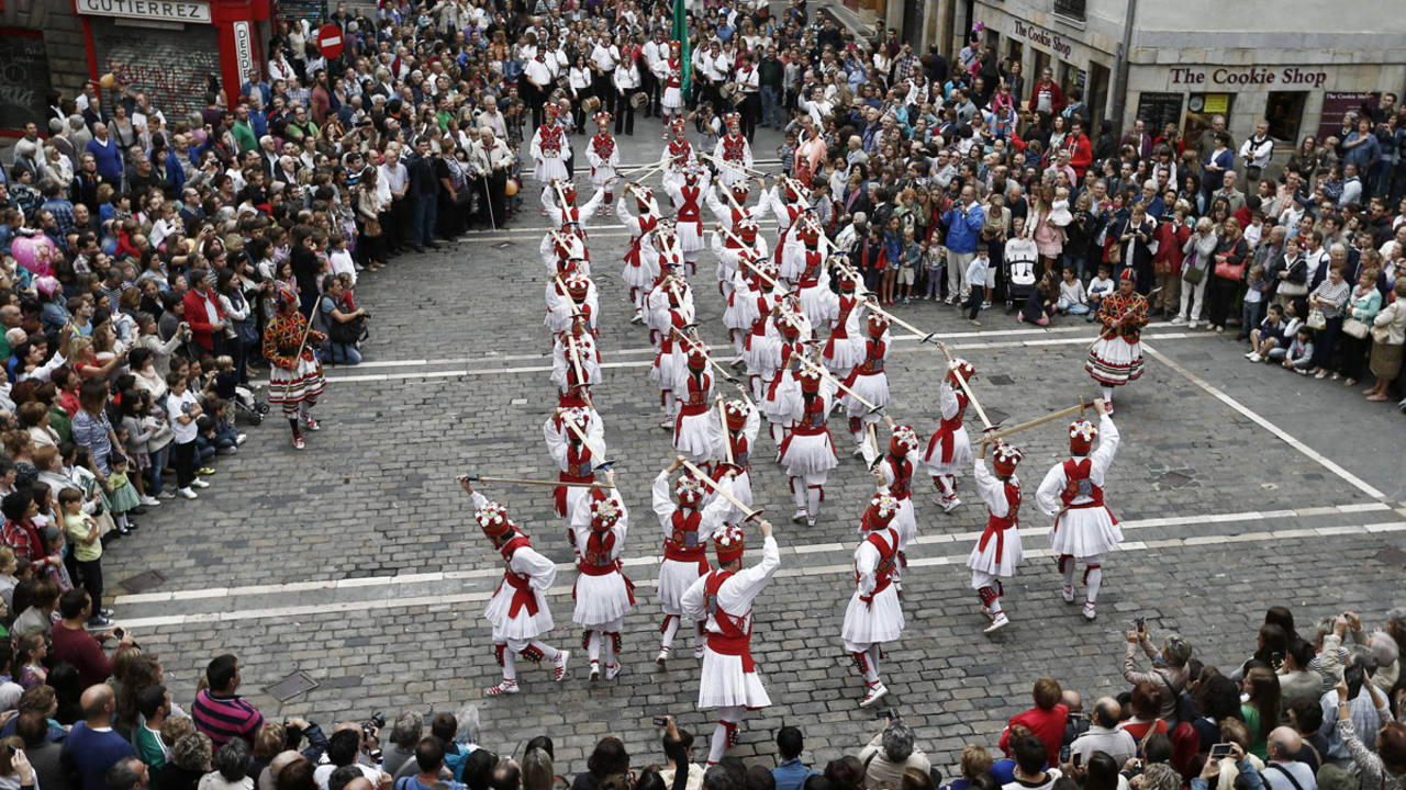 Dantzaris del grupo de Danzas Municipal de Pamplona interpretan el baile de espadas