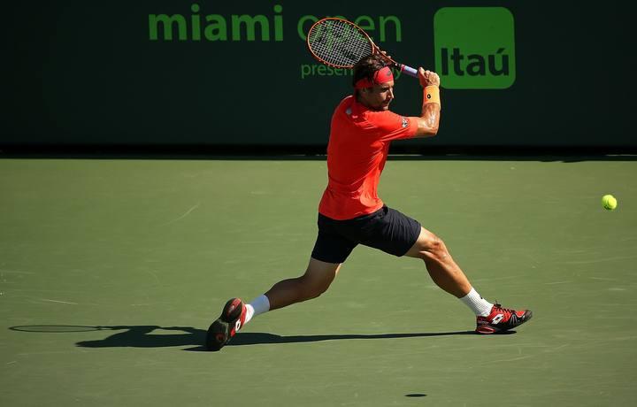 David Ferrer devuelve la pelota al francés Gilles Simon en la novena jornada del Masters 1.000 de Miami.