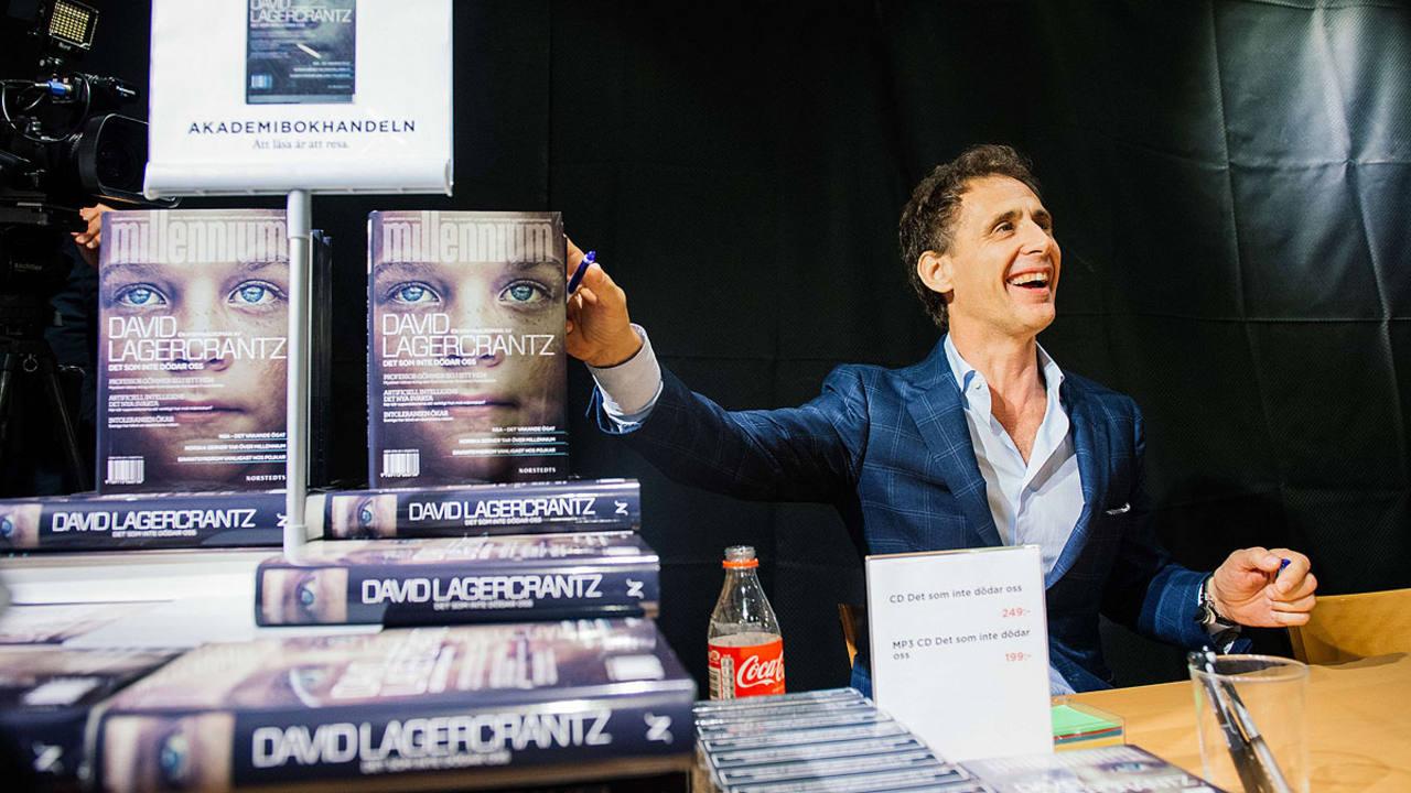 David Lagercrantz firma ejemplares de la cuarta entrega de Millenium