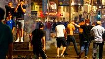 Ir al VideoDecenas de detenidos en nuevos enfrentamientos entre hinchas violentos en Lille