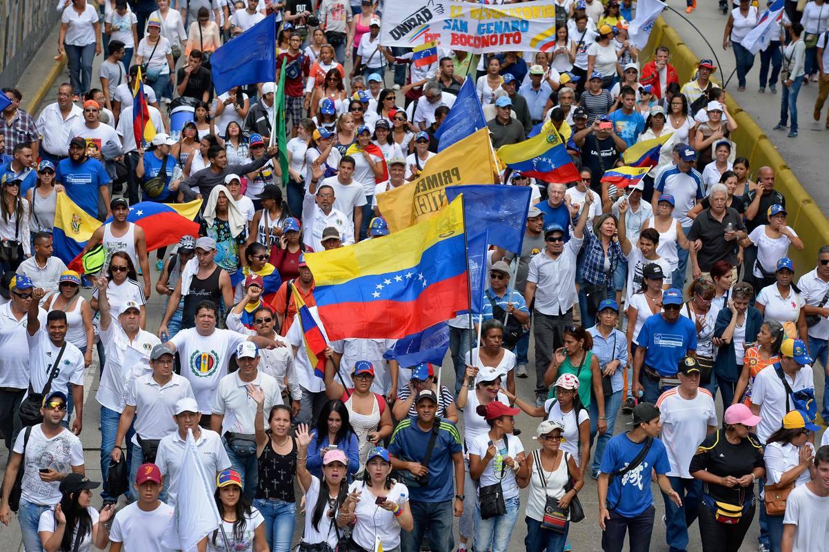 Decenas de opositores marchan por una de las calles de Caracas en las que se celebra la manifestación en favor del revocatorio