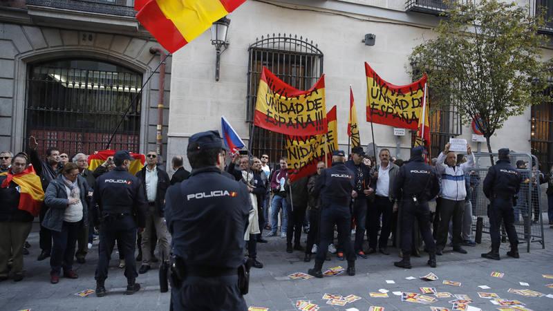 Decenas de personas, con enseñas de Falange Española, se han concentrado a la espera del expresidente de la Generalitat Artur Mas.