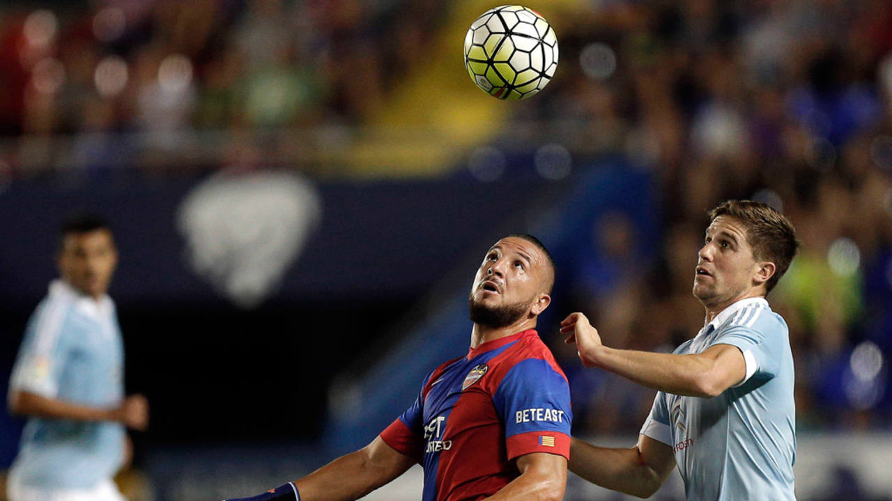 El delantero argelino del Levante Nabil Ghilas (i), disputa un balón con Andreu Fontàs, del Celta de Vigo
