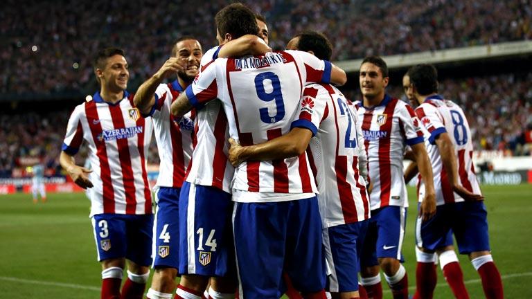 El delantero croata Mario Mandzukic es felicitado por sus compañeros.