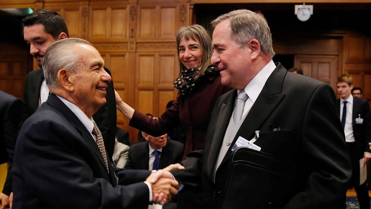 El delegado de la representación costarricense ante la CIJ, Edgar Ugalde Álvarez, y el embajador de Nicaragua en Holanda, Carlos Argüello Gómez se saludan en La Haya