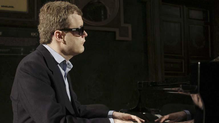 El pianista Derek Paravicini es ciego, autista y todo un genio de la música