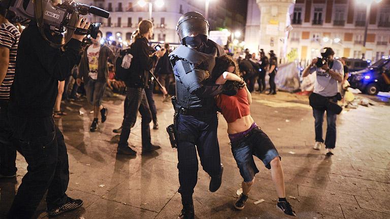 En torno a las cinco de la madrugada la policía desalojó la Puerta del Sol