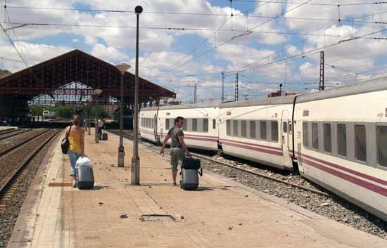 cuatro heridos al descarrilar el tren par s madrid en