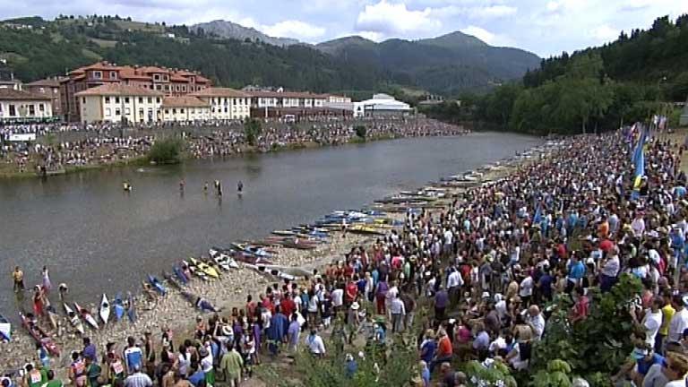 Hace 80 años que se celebra el descenso del Sella, donde acuden cada año miles de aficionados
