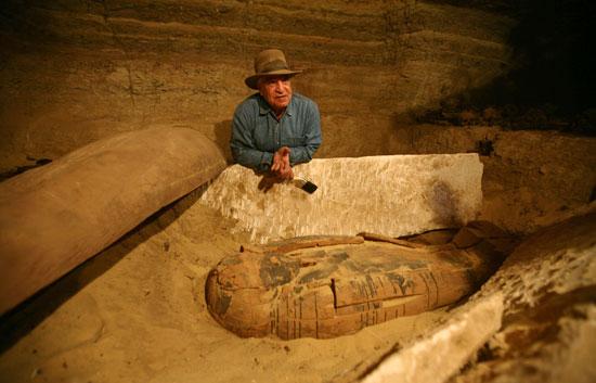 Un equipo de arqueólogos egipcios descubre una momia en un sarcófago de la necrópolis de Saqqara