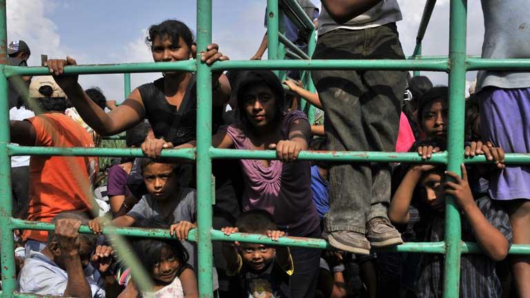 Los desplazados por el volcán Fuego tratan de volver a sus casas