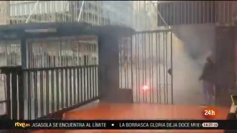 Ir al VideoUn detenido y sesenta identificados tras pelea entre radicales ante Mestalla