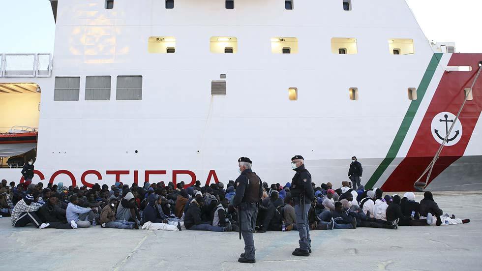 """Detienen en Italia a 15 inmigrantes acusados de arrojar al mar a otros 12 por """"odio religioso"""""""