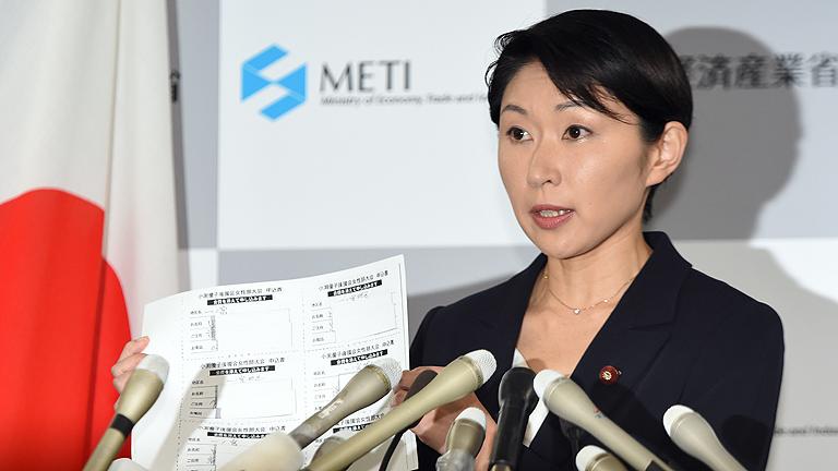 La dimisión de dos miembros del Gobierno sacude al primer ministro japonés