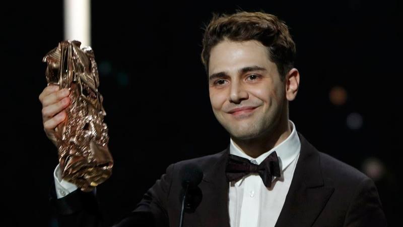 El director canadiense Xavier Nolan sostiene el César a mejor director por su film