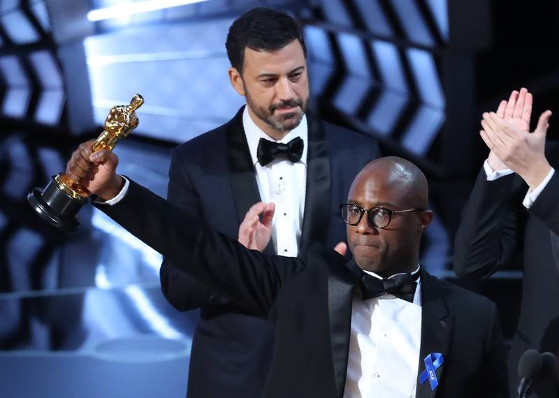 El director y guionista de 'Moonlight', Barry Jenkins, sostiene el Oscar a mejor película de 2017