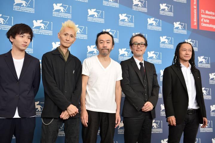 """El director Shinya Tsukamoto posa con el equipo de la película """"Nobi"""" en Venecia 2014"""
