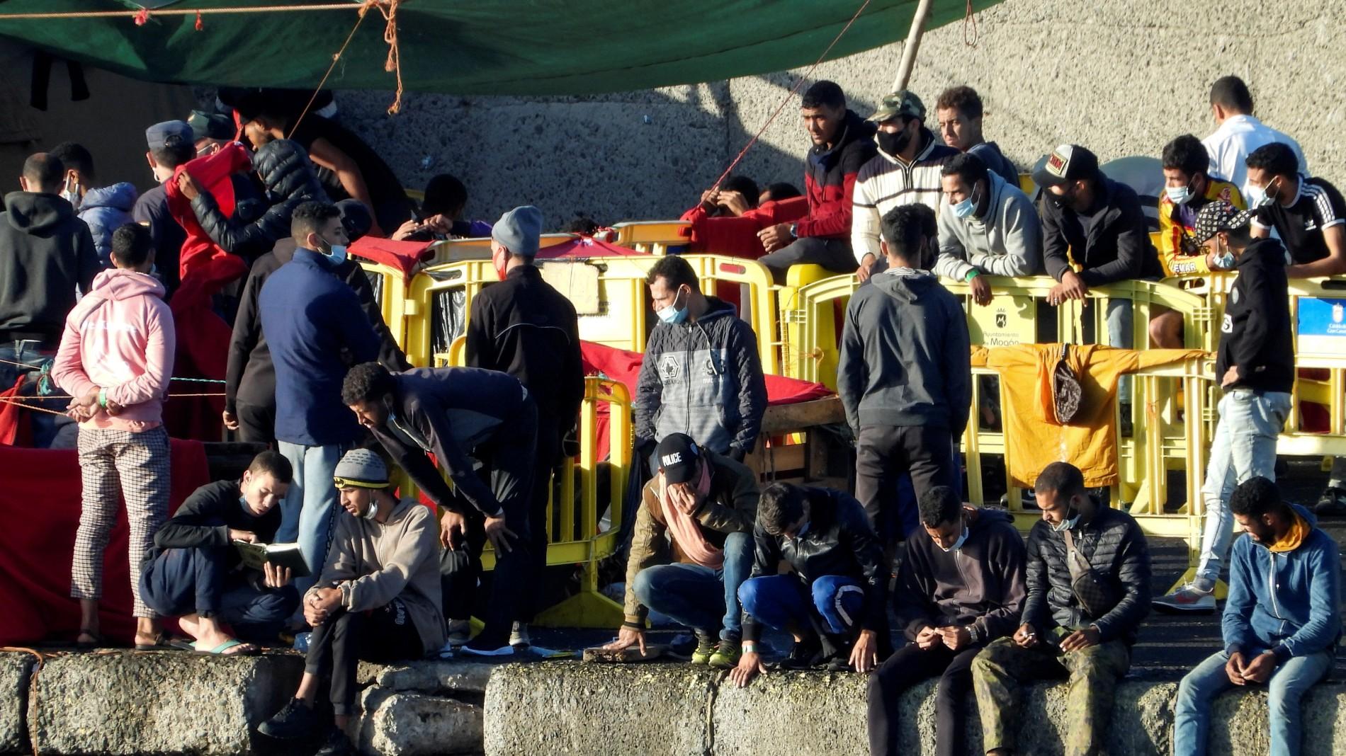Ir al VideoDisminuye el número de migrantes en el muelle de Arguineguín, donde todavía permanecen unas 600 personas